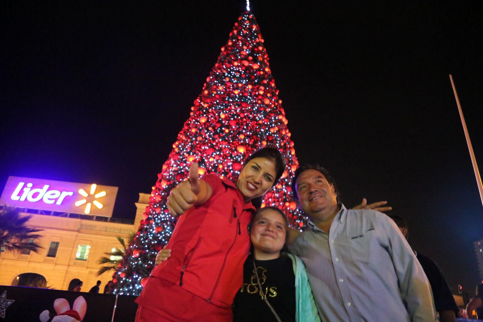 con-magico-espectaculo-se-vivio-el-tradicional-encendido-del-arbol-comunal-de-navidad