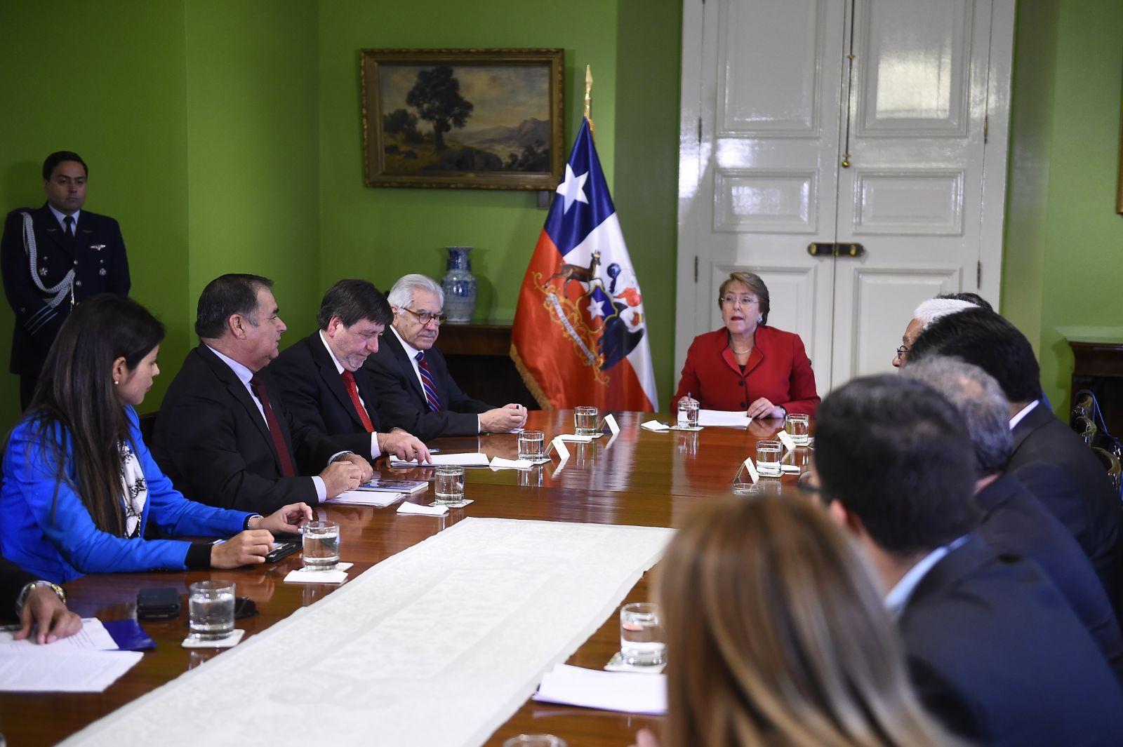 alcaldesa-rojo-tras-reunion-de-alcaldes-con-presidenta-bachelet-el-gobierno-se-comprometio-a-enviarnos-pronto-una-propuesta