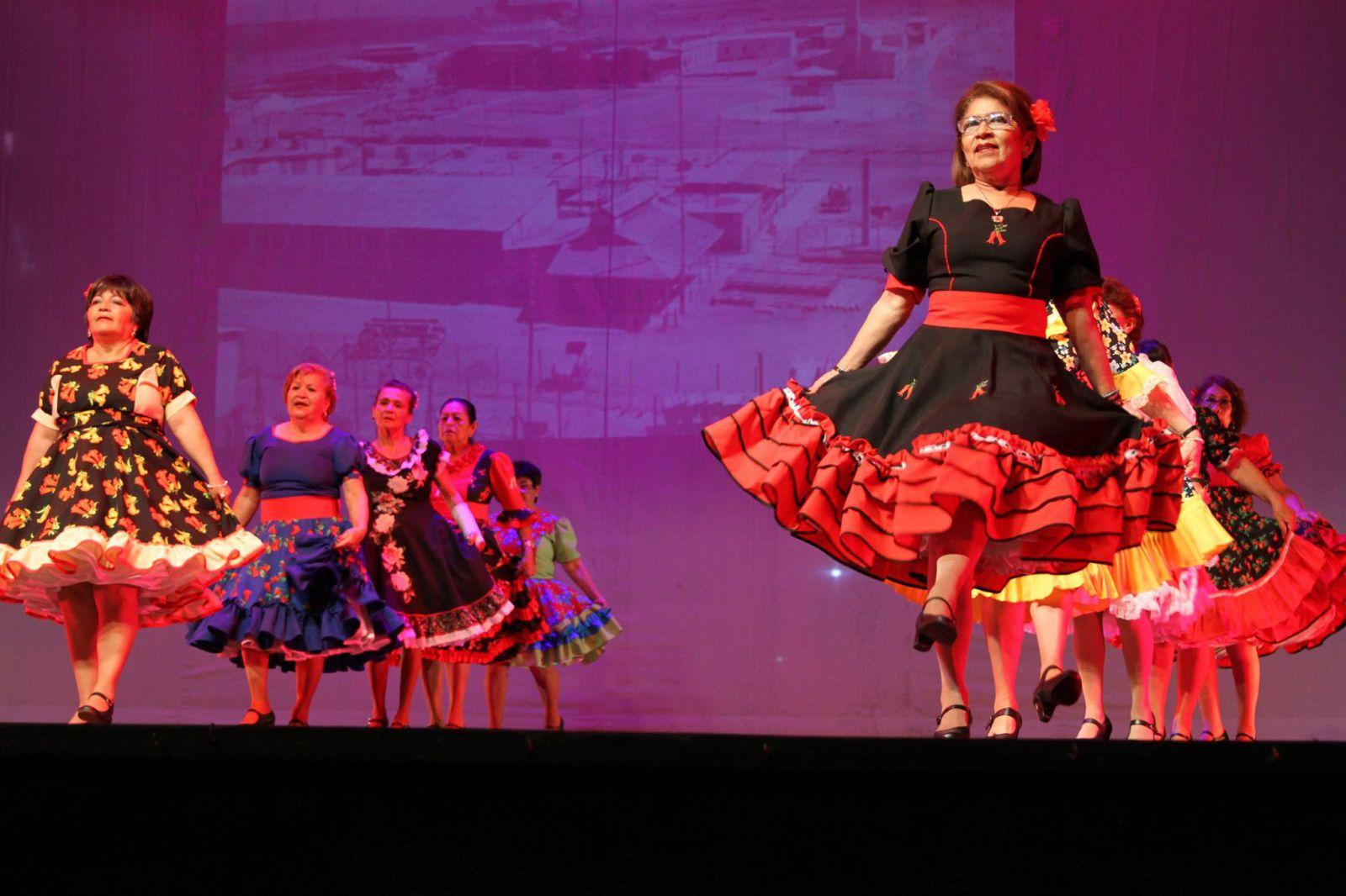 abuelitos-animaron-entretenida-gala-artistica-en-el-teatro-municipal
